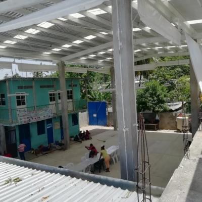 Aufsicht auf den Innenhof und Teil des Gebäudes des Flüchtlingsheims in Mexiko.