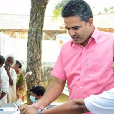 Pater Mascarenhas und eine Mitarbeiterin verteilen Medikamente in einem Medical Camp in Indien