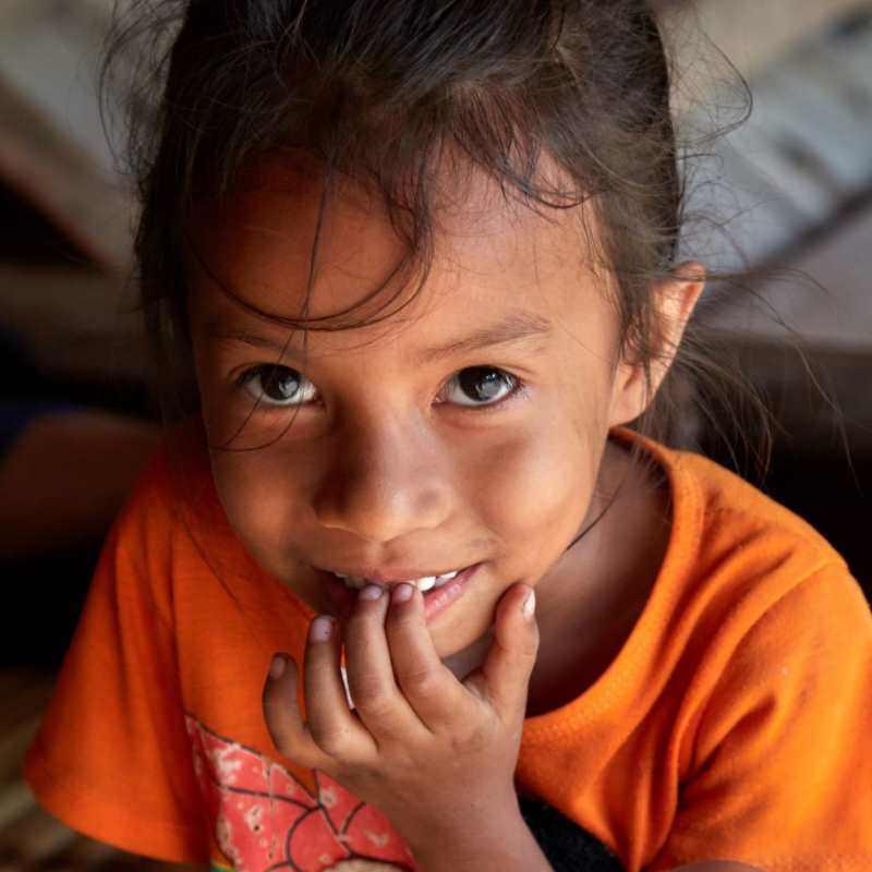 Ein indonesisches Mädchen lächelt in die Kamera.