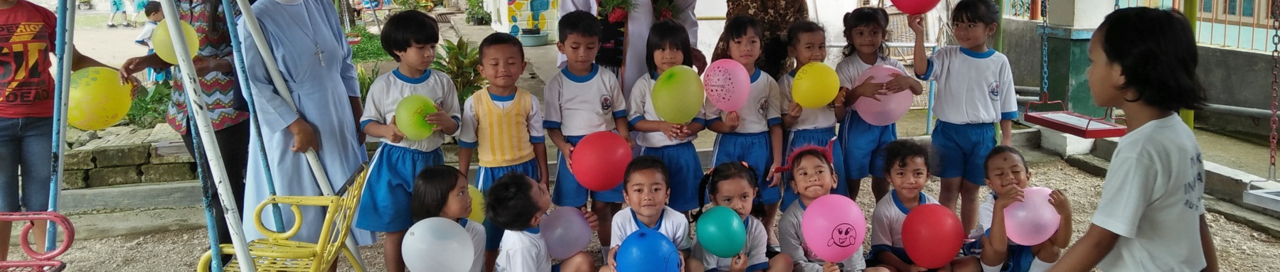 Kinder mit Luftballons des Kindergarten Inviolata, Indonesien