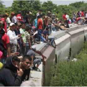 Migranten auf einem Güterzug, Grenze Mexiko / USA
