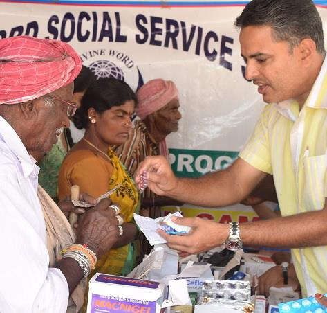 Pater Maskarenhas verteilt Medikamente im Medical Camp, Indien