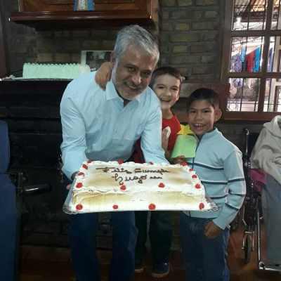 Der Leiter von Mario Junior mit zwei Kindern und einer Torte