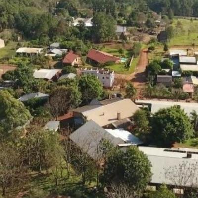 Das Behindertenheim Mario Junior mit mehreren Gebäuden zwischen vielen grünen Bäumen aus der Vogelperspektive
