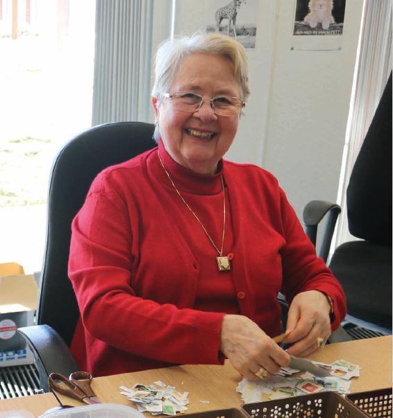 Eine Ehrenamtliche des Briefmarkenapostolats