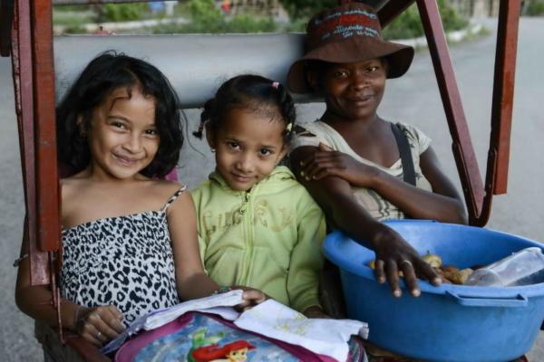 Kinder in Rickscha in Madagaskar, Mananjary